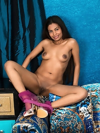 Sweet shortie Alishaa Mae is a miniskirt mom with a lot of..