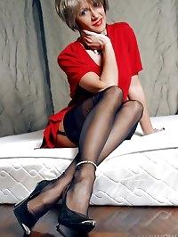 Leggy MILF LilyWOW in black vintage nylons